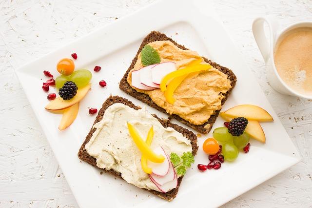 celozrnný chléb s pomazánkou.jpg