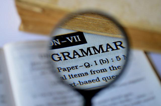 gramatika pod lupou