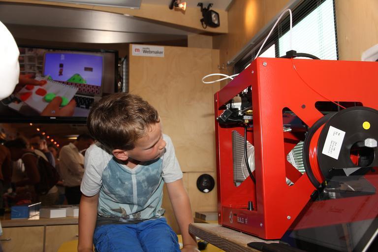 dítě u tiskárny