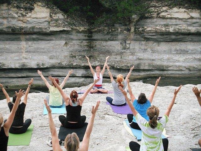 ženy cvičí venku jógu