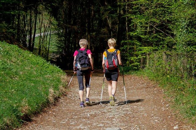 dvě ženy na výletě s trekovými holemi